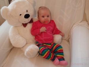 Lola 3 maanden - samen met meneer de beer