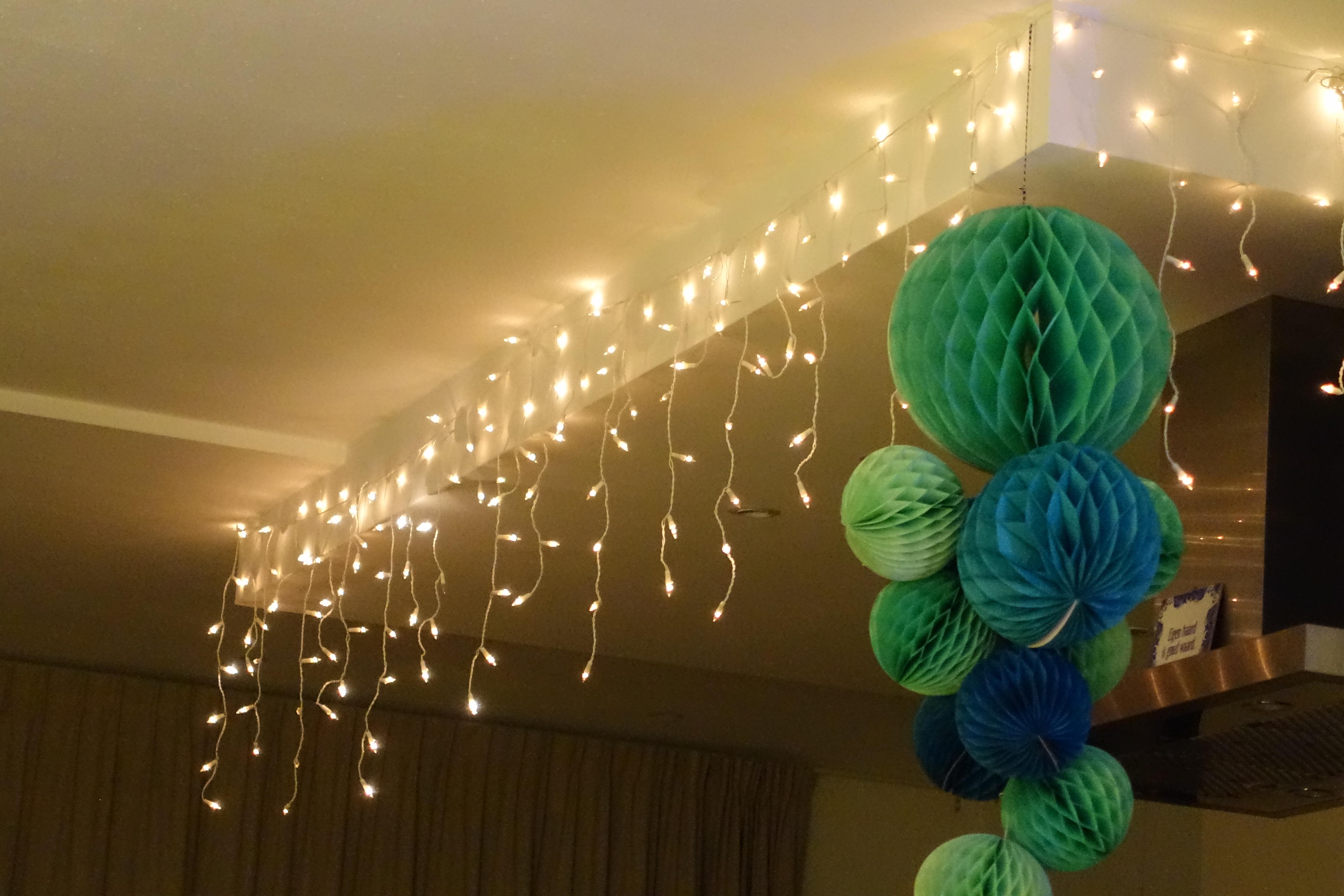 Lampjes en papieren ballen boven het kookeiland