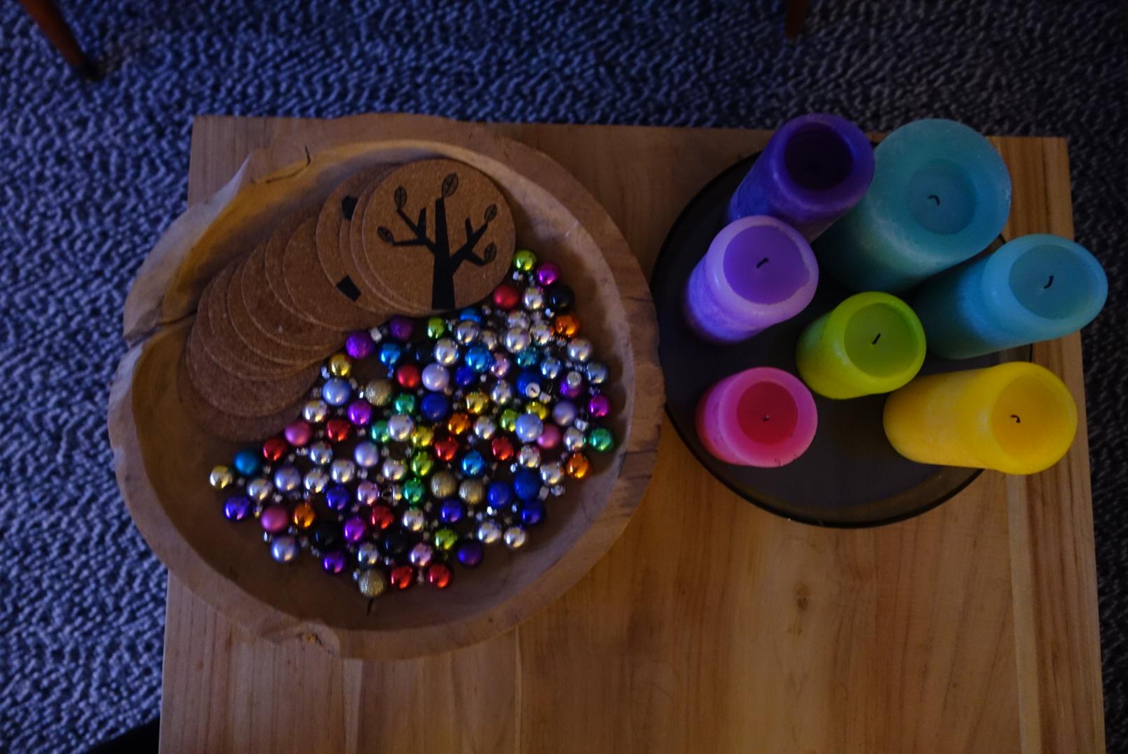 Kleine kerstballetjes in houten schaal