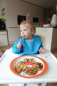 Lola eet zelf met haar nieuwe Nijntje servies