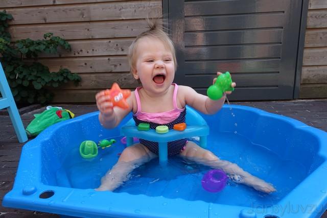 Lekker in het zwembadje spelen!