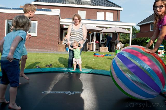 Jippie! Met de grote bal op de trampoline!