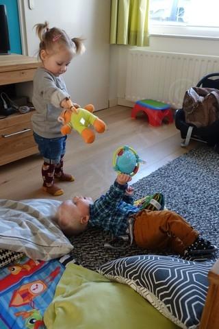 spelen met haar vriendje