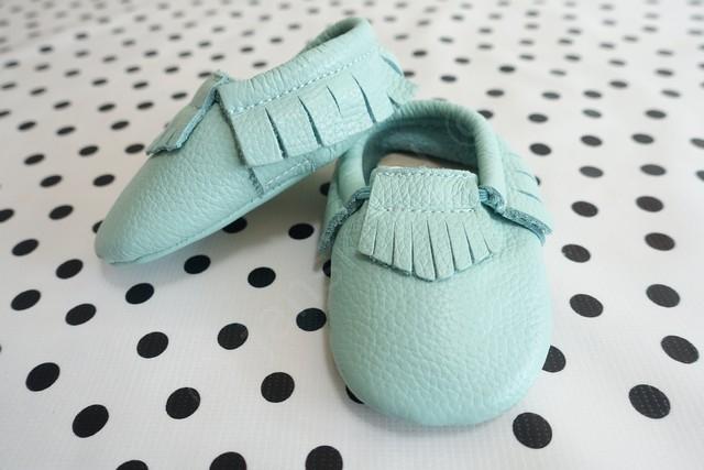eerste schoentjes voor de baby, deze Mockies! Hoe cute!