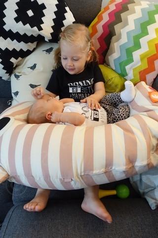 Veilig babyknuffelen met grote zus Lola