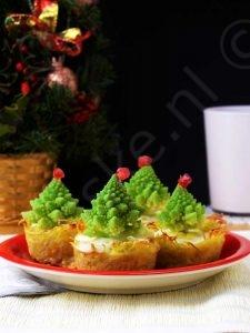 Kerstboom mini quiches recept is eenvoudig, lekker en gezond! Deze op aardappel gebaseerde, pluizige mini-quiches vormen een indrukwekkend aperitief voor uw vakantietafel!